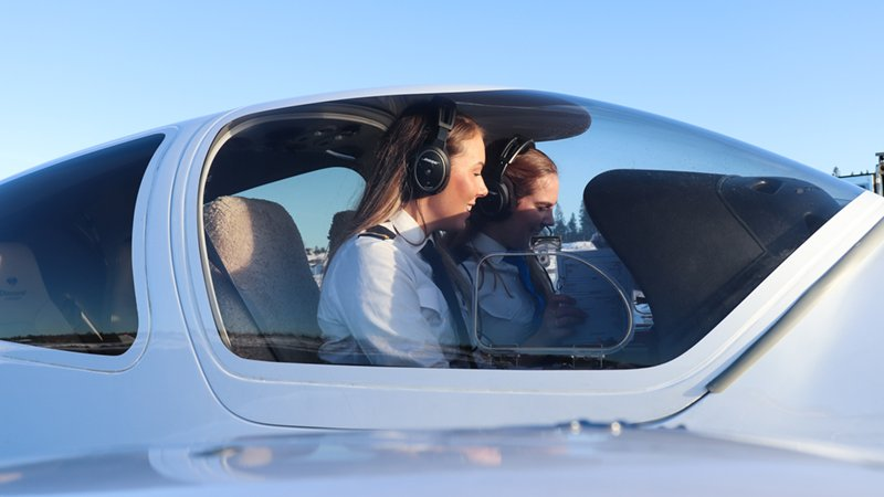 flight-instructor-and-student-pilot-in-the-diamond-d42-website-image